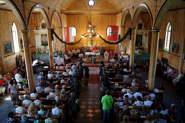 Tłumy na mszy świętej byly wyjątkowo przed telewizorami