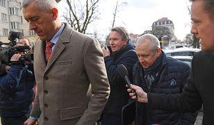 Roman Giertych, Gerald Birgfellner i Jacek Dubois wchodzą na przesłuchanie do prokuratury. Luty 2019 roku.