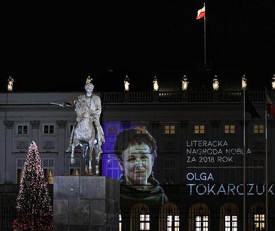 Olga Tokarczuk uczczona w Warszawie. Specjalna iluminacja na Krakowskim Przedmieściu [ZDJĘCIA]