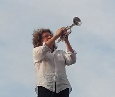 Zbigniew Wodecki gra na dachu przystanku w centrum Warszawy
