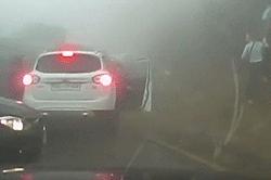 #dziejesiewmoto [268]: karambol we mgle, rowerzysta-ryzykant i przeszkoda nie do przejścia