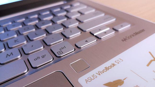 Szlify wokół czytnika linii papilarnych dodają laptopowi elegancji.