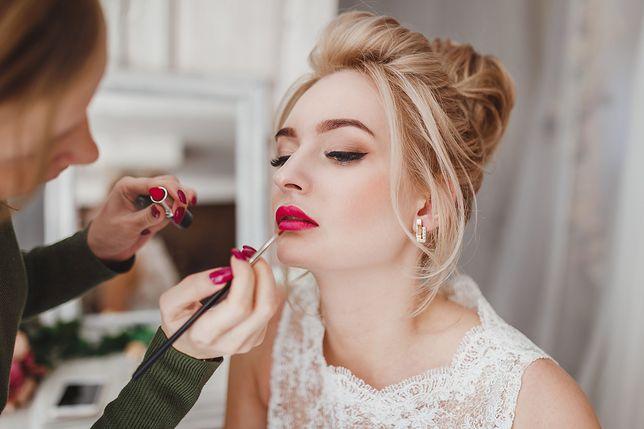 Makijaż ślubny dla blondynek powinien być subtelny i elegancki.