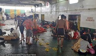 Filipiny. Pasażerowie uratowani z pożaru na promie.