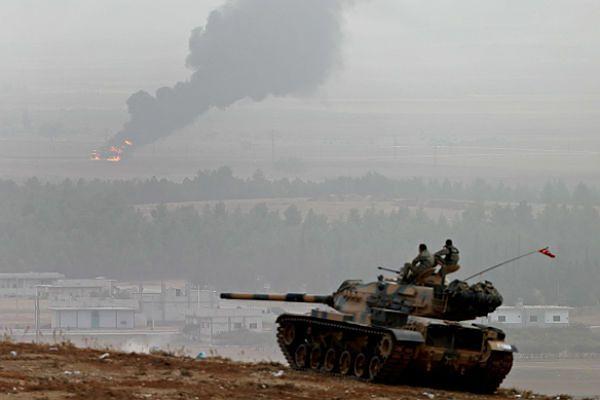 W oddali miasto Kobane, w którym syryjscy Kurdowie przegrywają wojnę z dżihadystami