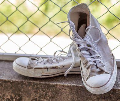 Czyszczenie białych butów potrafi być wyjątkowo uciążliwe