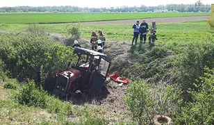 Po zderzeniu z pociągiem traktor wylądował w rowie