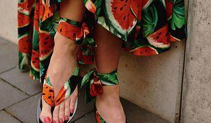 Le Soleil - Nowy trend wśród gwiazd: sandały pod kolor sukienki