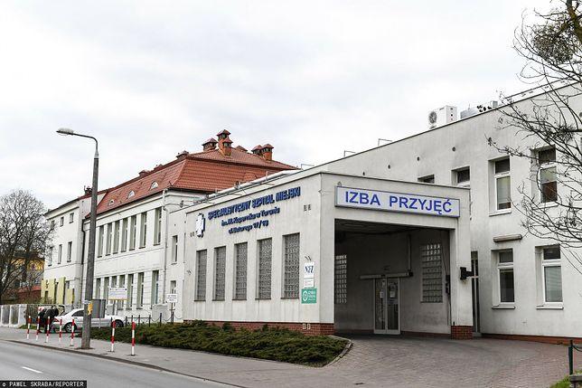 Grupa osób wdarła się do szpitala w Toruniu bez maseczek