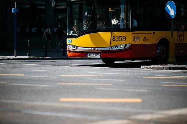 Ochota. Autobus wjechał w zaparkowane samochody