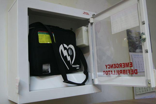 Ratownicy basenu nie użyli defibrylatora