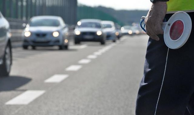 Nieoznakowany radiowóz złapał nieoznakowany radiowóz. Policjant stracił prawo jazdy