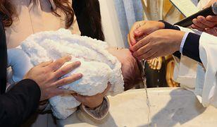 Coraz mniej ludzi prosi w kościele o chrzest dziecka.
