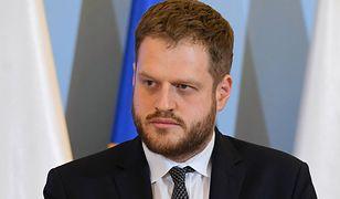 Koronawirus. Minister wyjaśnia różnice w statystykach zakażeń. Janusz Cieszyński o testach