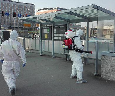 Koronawirus - Poznań. Służby w skafandrach na ulicach. Ponowna dezynfekcja