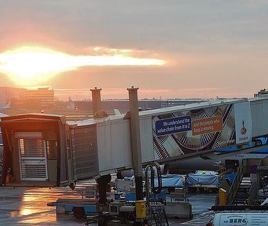 Koronawirus. 41-letnia Polka zatrzymana na lotnisku Schiphol. Gryzła i kopała załogę samolotu