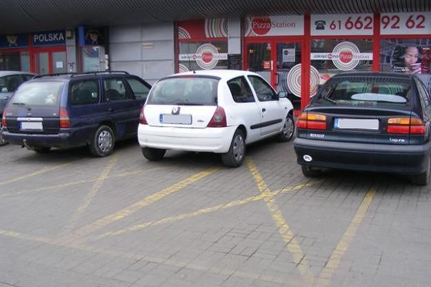 Kierowcy pożyczają karty parkingowe niepełnosprawnych, aby parkować na kopertach