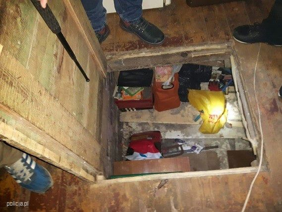 Ukrył się przed policją... pod podłogą