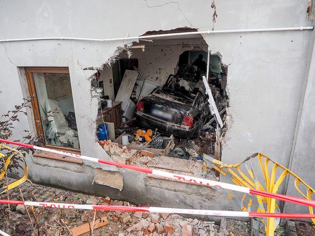 Konstantynów Łódzki. Auto wjechało w dom. 23-latka z zarzutami