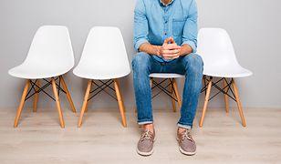 Typowe jeansy mają granatowy kolor i proste nogawki