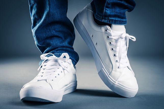 Białe sneakersy są bardzo uniwersalne