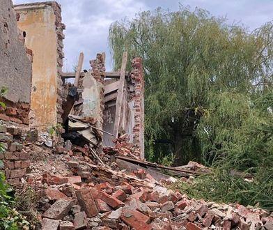 Ściana zabytkowego dworku zawaliła się, gdy złodzieje ukradli znaczną liczbę cegieł