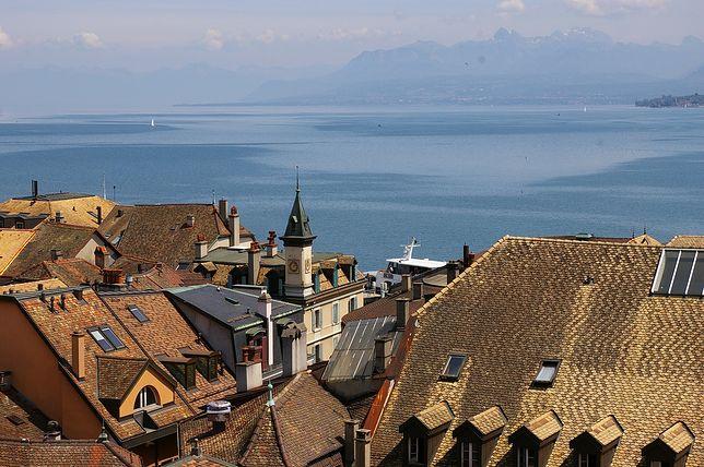 Genewa -widok z dachów  budynków na Jezioro Genewskie i Alpy