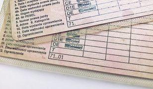Adnotacje na prawie jazdy najczęściej oznaczają dodatkowe wymagania dla kierowcy lub pojazdu.