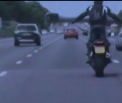 Motocyklista na brytyjskiej austradzie