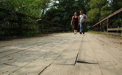 Mieszkańcy sami naprawili most, odpowiedzą za samowole budowlaną