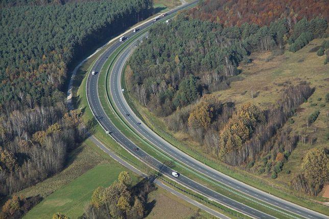 Ostre zakręty na drogach ekspresowych są miejscami wielu wypadków.
