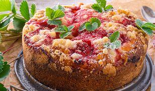 Drożdżowe ciasto z kruszonką i owocami