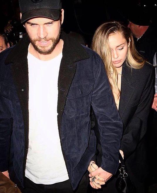 Bliski przyjaciel Cyrus i Hemswortha opublikował ich zdjęcia. Kroją weselny tort