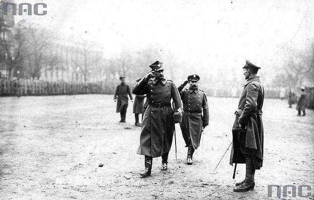 Uroczystość zaprzysiężenia wojsk powstańczych i wręczania sztandaru 1 Dywizji Strzelców Wielkopolskich. Pierwszy z lewej generał Józef Dowbór-Muśnicki. 26 stycznia 1919 r.