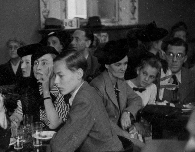 Goście jeden z krakowskich kawiarni. Zdjęcie z sierpnia 1941 roku