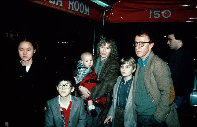 Mia i Woody w 1993 roku ze swoimi dziećmi. Soon Yi (z lewej) była wtedy jeszcze jego córką, dziś jest żoną.