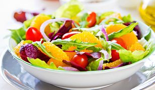 zdrowa sałatka z owocami i warzywami