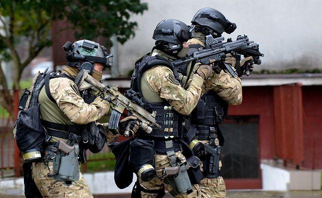 W ramach ćwiczeń policjanci musieli odbić rannych kolegów