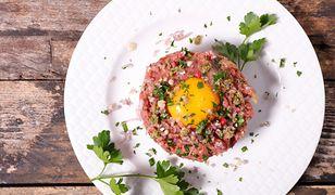Tatar wołowy to obowiązkowa pozycja w menu wielu restauracji. Magda Gessler ma na niego swój patent.