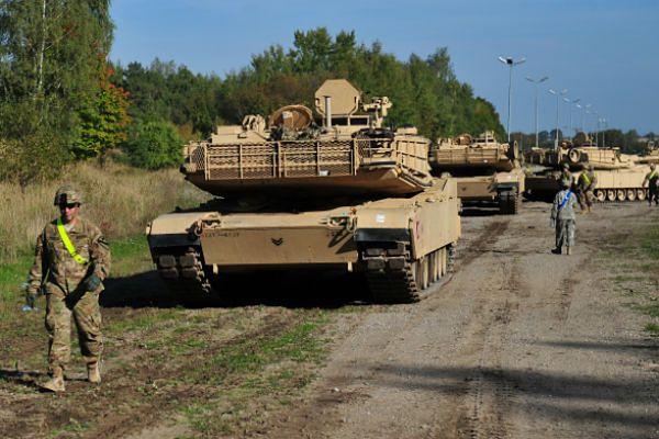 Amerykańskie czołgi i transportery na ćwiczeniach na poligonie