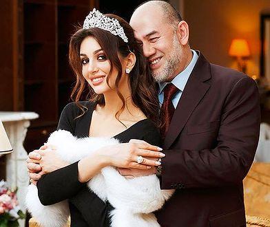 Historia stara jak świat: on bajecznie bogaty, ona bajecznie piękna i dwa razy od niego młodsza. Skończyło się tak, jak każdy mógł przewidzieć - rozwodem. Ale Oksana, była Miss Moskwy, zdaje się nie przyjmować tego do wiadomości!
