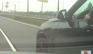 Mężczyzna w BMW wymierza w stronę kierowcy