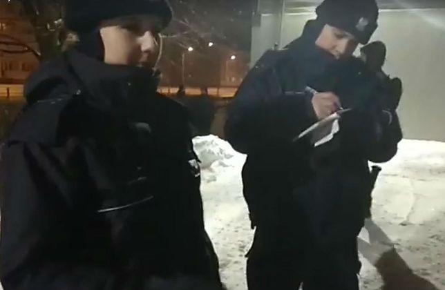 Policjanci interweniują po bazgraniu na śniegu