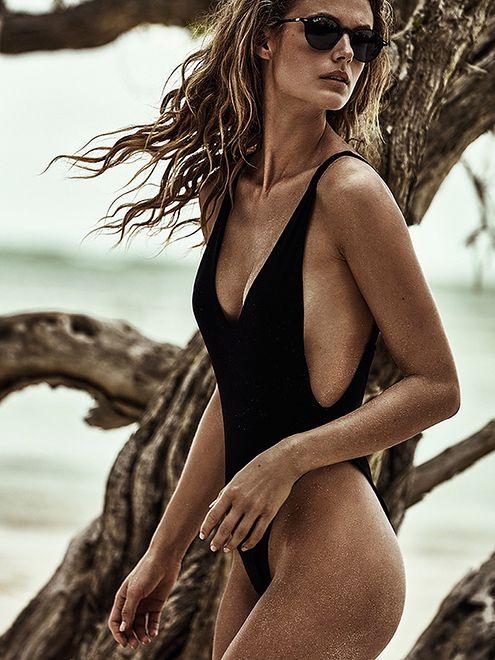 Kate Bock promuje popularny model kostiumu kąpielowego