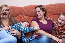 """Mama, mama i trójka dzieci. Jak się żyje """"tęczowym rodzinom"""" w Polsce?"""