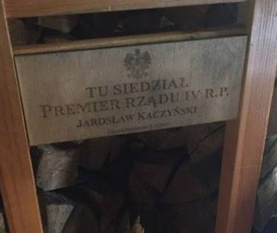 """""""Premier rządu IV RP"""". Jarosław Kaczyński doczekał się pamiątkowego krzesła"""