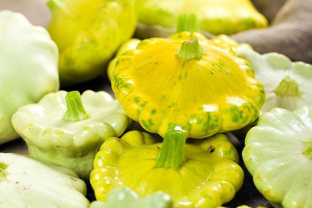 Patison to odmiana dyni, blisko spokrewniona z ogórkiem oraz melonem. Przepisy z patisonem