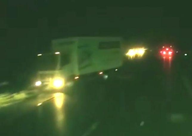 Ciężarówka staje w poprzek drogi. Wszystko przez nieudane wyprzedzanie innego kierowcy