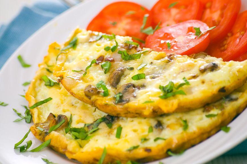 Śniadanie: omlet z grzybami i salsą