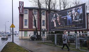 """Staną nowe billboardy z nieparlamentarnym gestem Joanny Lichockiej. """"Prawdziwe oblicze polityków PiS"""""""